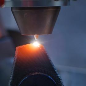 ALOtwin - Laserscweißprozess mit Draht während des Druckens einer Nocke